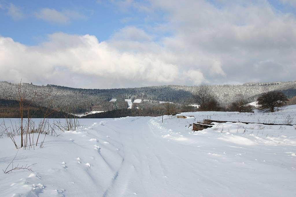 V zimě je v okolí dost sněhu