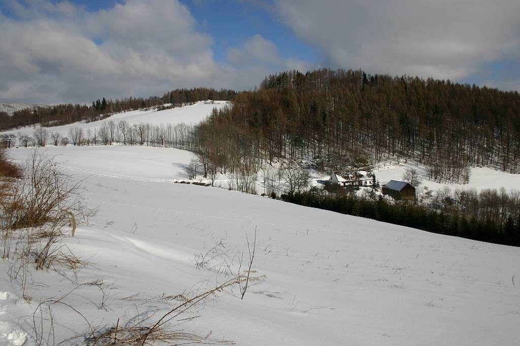 Chalupa v zimě - poheld do údolí z jihozápadu
