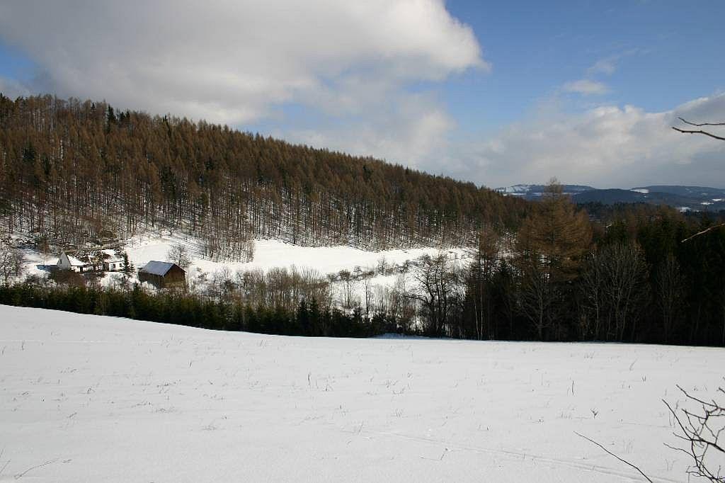 Chalupa v zimě - pohled do údolí