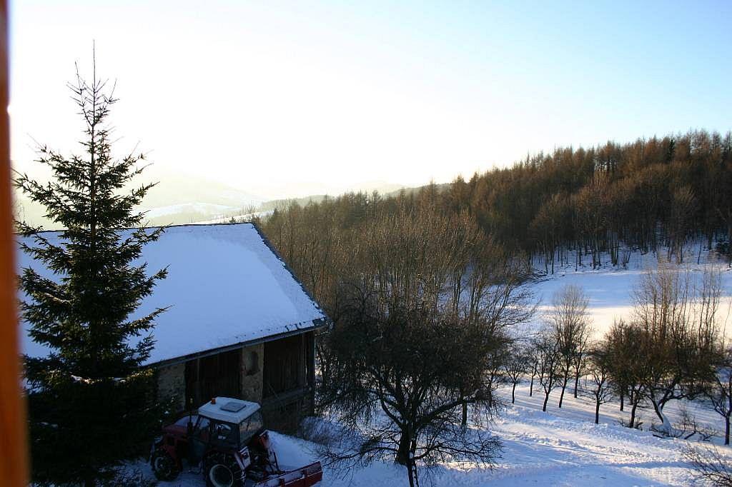 Chalupa v zimě - mechanizace na úpravu příjezdu