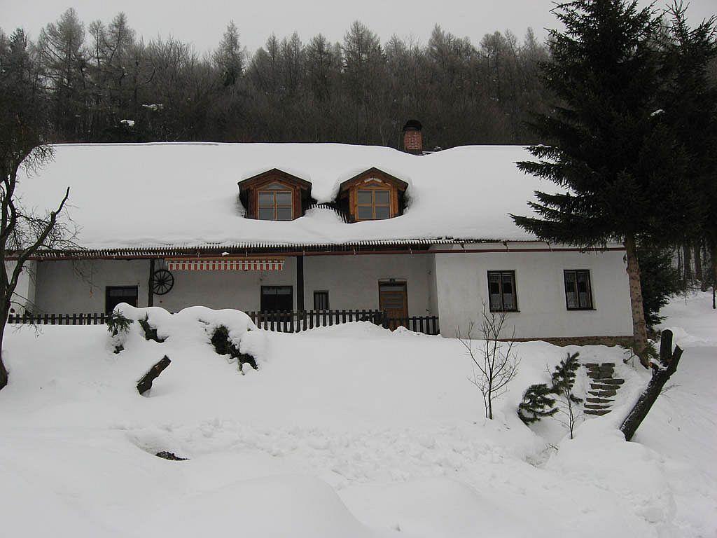 Chalupa v zimě - pohled z jižní strany 2