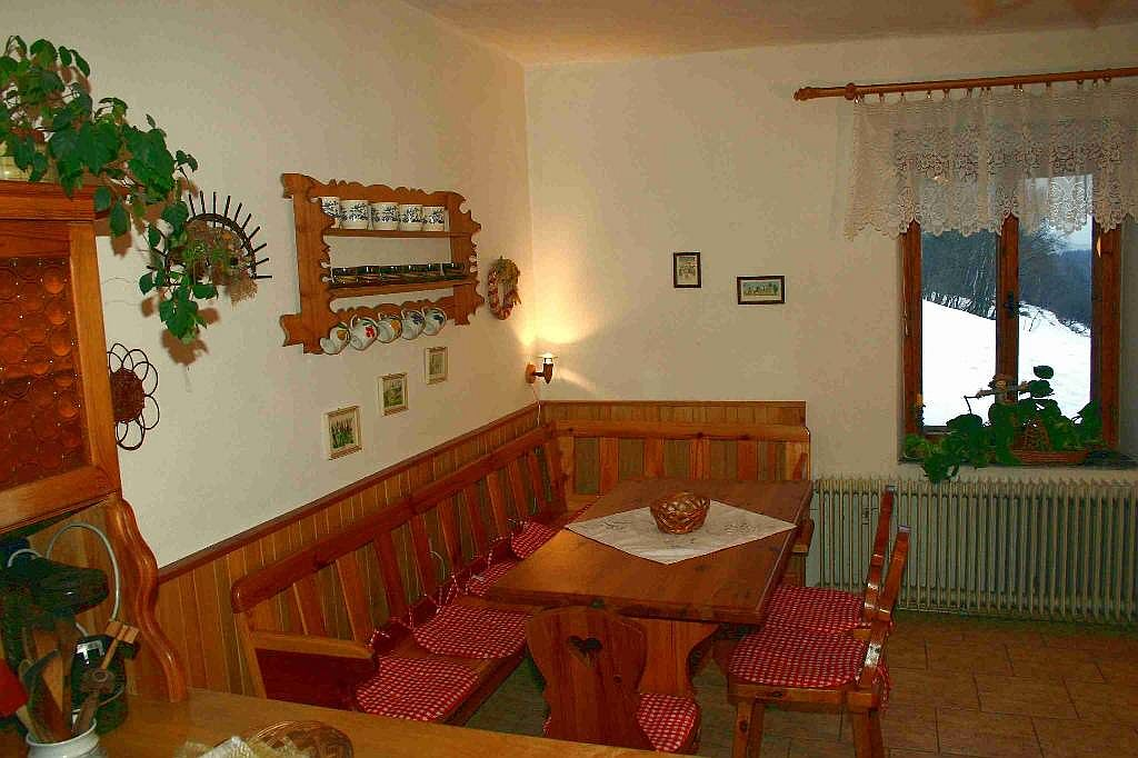 Kuchyně - velký jídelní stůl