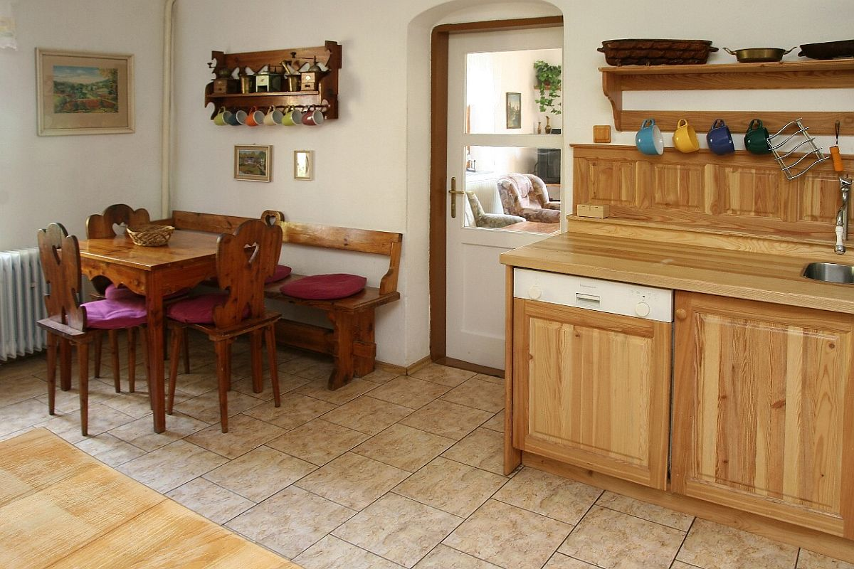 Kuchyně - malý jídelní stůl
