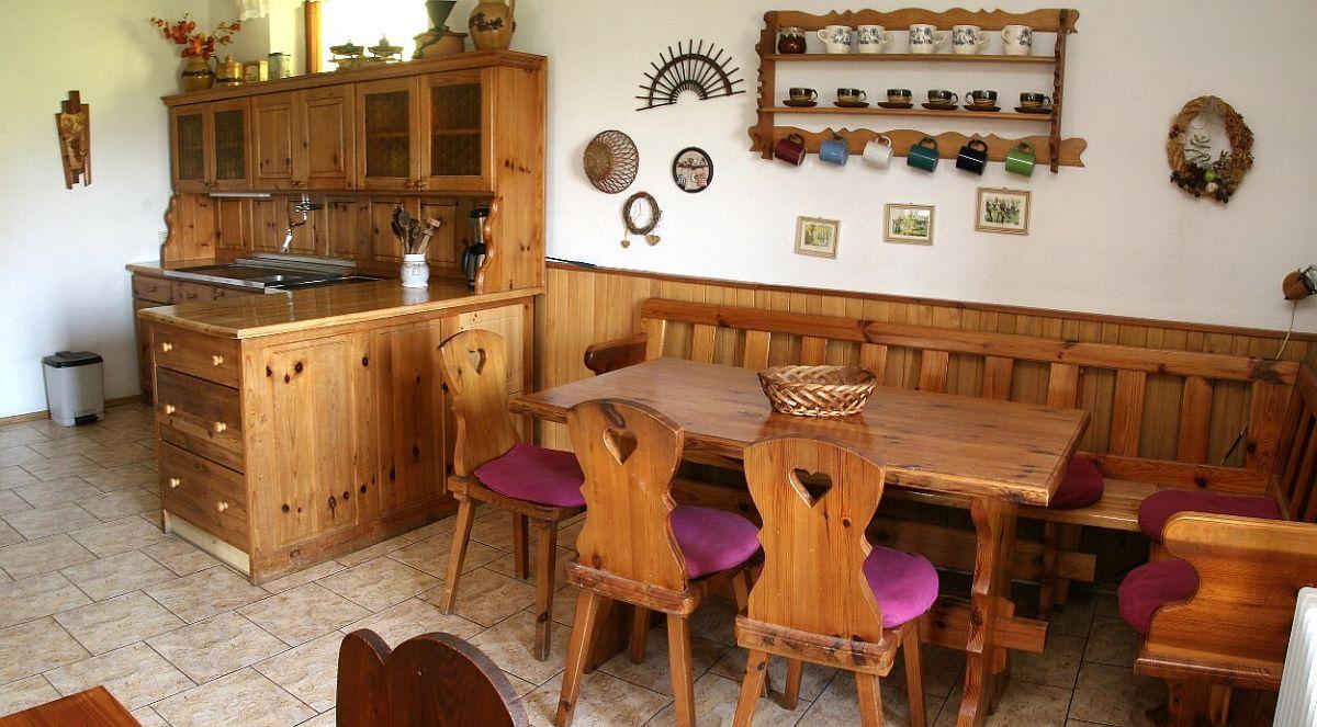 Kuchyně - velký jídelní stůl s propojením na linku